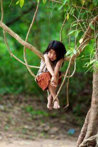 petite fille sur liannes