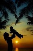 silhouette-de-la-mere-et-son-fils-au-coucher-du-soleil-dans-les-tropiques